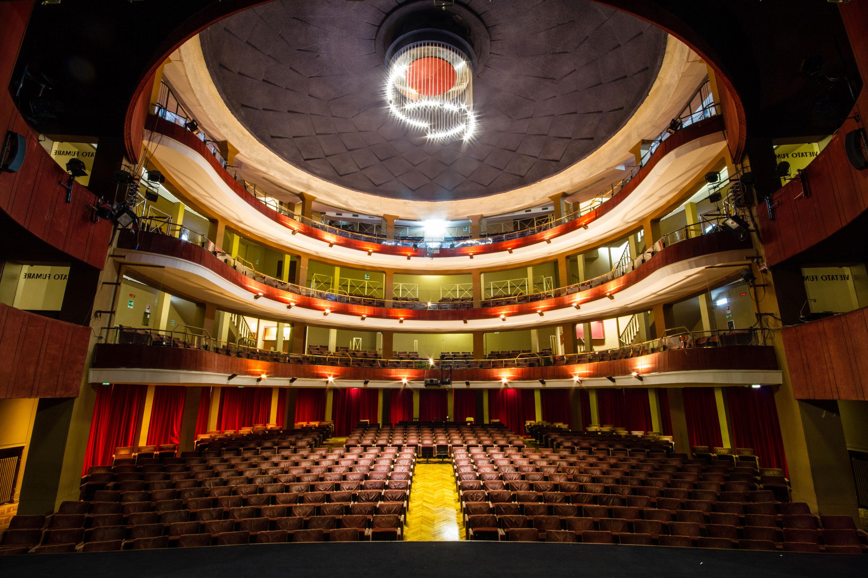 Il teatro teatro quirino for Costo per costruire un teatro